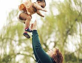 Cha mẹ tuyệt đối không được rung lắc trẻ dù với bất kỳ tư thế nào.