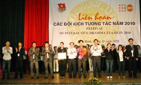 BTC trao giải nhất cho đội kịch tương tác Phú Thọ tại liên hoan