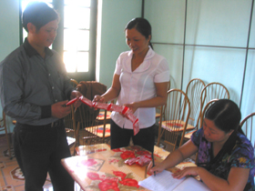 Ban điều hành dự án xã Yên Mông cấp phát xà phòng đến cộng đồng.