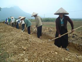 Nhân dân xóm Mè và xóm Đồng Chanh, xã Tu Lý (Đà Bắc) thi công tuyến kênh mương bằng vật liệu nhựa phế thải.
