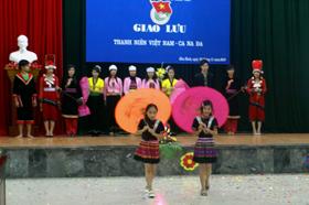 Màn trình diễn trang phục dân tộc thiểu số của các em thiếu nhi và ĐVTN Việt Nam.