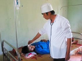 Cán bộ trạm y tế xã Yên Thượng chăm sóc sức khỏe nhân dân