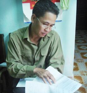 Ông Đinh Văn Liệu, xóm Tráng, xã Bình Thanh (Cao Phong) bên lá đơn kêu cứu gửi đến các cơ quan chức năng.