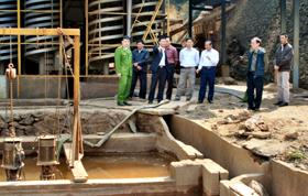 Tổ kiểm tra liên ngành CSMT và Sở TN-MT kiểm tra cơ sở khai thác quặng sắt Hoàng Nam tại xã Cao Sơn (Đà Bắc).