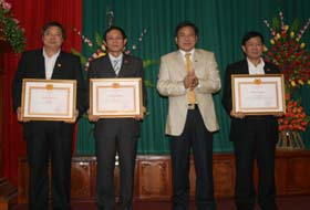 Đồng chí Hoàng Việt Cường, Bí thư Tỉnh ủy trao Bằng khen cho các Đảng bộ trực thuộc Tỉnh ủy có thành tích xuất sắc trong tổ chức Đại hội điểm, Đại hội thí điểm trực tiếp bầu BTV, BT, PBT.
