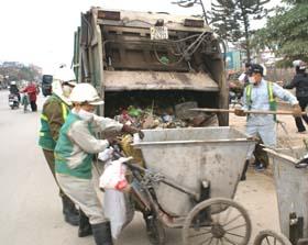 Công nhân Công ty môi trường đô thị Hòa Bình thu gom rác thải trên địa bàn TP Hòa Bình