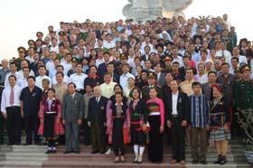 Các đồng chí lãnh đạo tỉnh và đại biểu các dân tộc tỉnh ta