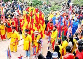 Lễ hội Thánh Gióng tái hiện chiến công của người anh hùng chống giặc ngoại xâm.