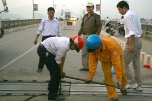 Cán bộ, công nhân Đoạn Quản lý đường bộ I khẩn trương khắc phục sự cố kỹ thuật trên cầu Hòa Bình.