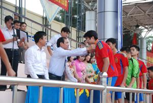 Lãnh đạo Đảng ủy Khối các cơ quan tỉnh và Sở VHTT&DL trao huy chương bạc cho đội Ngân hàng tỉnh. (Ảnh: Minh Tuấn)