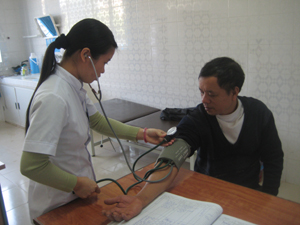 Cán bộ khoa Khám bệnh - cấp cứu, Bệnh viện Đa khoa tỉnh tận tình thăm khám bệnh nhân.