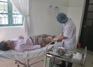 Bệnh nhân bị tai nạn thương tích được điều trị tại bệnh viện đa khoa thành phố Hòa Bình.