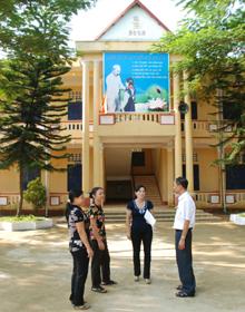 Cô giáo Phạm Ngọc Hoa (người đứng thứ hai từ phải sang) trao đổi công tác công đoàn với đồng nghiệp và lãnh đạo LĐLĐ huyện.