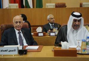 Tổng thư ký Liên đoàn Arab Nabil al-Arabi (trái), và Thủ tướng kiêm Bộ trưởng Ngoại giao Qatar Sheikh Hamad bin Jassem al-Thani. Ảnh: AFP.