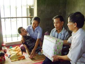 Cán bộ phòng  LĐ - TB & XH  huyện Lạc Thủy thăm hỏi, động viên gia đình nạn nhân chất độc da cam tại thị trấn Chi Nê.