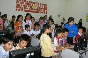 Thanh thiếu niên học tập, sinh hoạt tại TT HHĐTTN tham gia bầu chọn cho Vịnh Hạ Long tại phòng máy vi tính của Trung tâm.