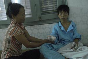 Bệnh nhân Bùi Trung Đức đang được điều trị tại khoa Ngoại-Chấn thương-Chỉnh hình (Bệnh viện Đa khoa tỉnh).