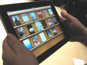 Chỉ với một chiếc Ipad nhỏ gọn thế này, bạn đã có trong tay cả một giá sách đồ sộ để đọc ở mọi lúc, mọi nơi.