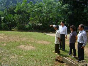 Ông Bùi Văn Hựng (đứng thứ tư từ phải sang) và diện tích đất đã hiến cho xã xây dựng chi trường mầm non xóm Đừng.
