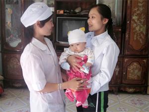 Cán bộ y tế xã Đồng Bảng thăm khám, tư vấn chế độ dinh dưỡng cho trẻ dưới 2 tuổi.