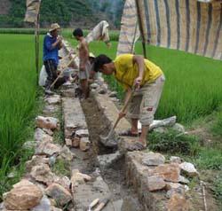 Nông dân huyện Kim Bôi thực hiện kiên cố hóa kênh mương, nâng cao hiệu quả dẫn nước về đồng phục vụ sản xuất nông nghiệp.
