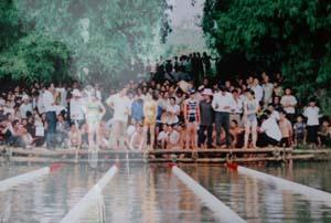 Hàng năm, giải bơi lội huyên Kim Bôi luôn thu hút sự tham gia của đông đảo các VĐV, người hâm mộ. ảnh 1 giải thi đấu được tổ chức tại xã Kim Truy.