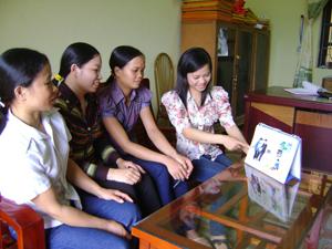 Cán bộ và CTV dân số xã Hợp Thành (Kỳ Sơn) trao đổi kinh nghiệm tuyên truyền về DS /KHHGĐ ở cơ sở.