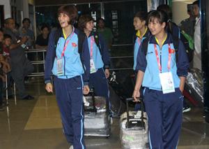 Các thành viên đội cầu mây nữ VN là những người đầu tiên của đoàn TT VN ra khỏi sân bay