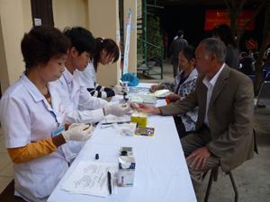 Nhân dân trong tỉnh tham gia khám, điều trị đái tháo đường tại Bệnh viện Nội tiết.