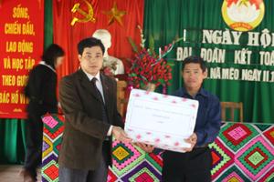 Đồng chí Hoàng Minh Tuấn, UVBTV Tỉnh ủy, Trưởng Ban Tổ chức Tỉnh ủy tặng quà của Tỉnh ủy, HĐND, UBND, UBMTTQ tỉnh cho cán bộ và nhân dân xóm Nà Mèo.