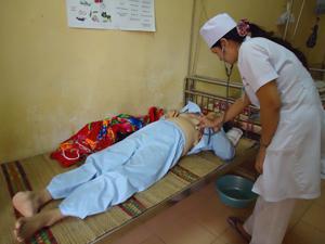 Bệnh nhân Nguyễn Thị Mài, xã Ngọc Lương (Yên Thủy) bị biến chứng của bệnh đái tháo đường phải cắt bỏ 1/2 bàn chân phải.