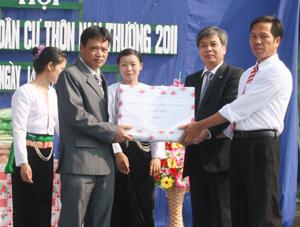 Đồng chí Hoàng Thanh Mịch, UVBTV Tỉnh ủy, Trưởng Ban Tuyên giáo Tỉnh ủy tặng quà của Tỉnh ủy, HĐND, UBND, UBMTTQ tỉnh cho cán bộ và nhân dân xóm Nam Thượng.