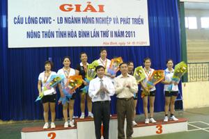 Đồng chí Hoàng Văn Tứ, UVTV TU, Giám đốc Sở NN&PTNT trao giải cho các vận động viên nữ đạt giải.