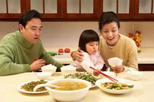 Tạo không khí vui vẻ, ấm áp trong bữa ăn giúp trẻ ăn ngon miệng.