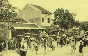 Múa lân trên phố cổ Hà Nội đầu thế kỷ 20. Ảnh tư liệu.