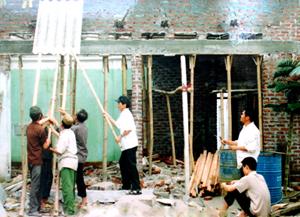 Nhân dân thôn Yên Bình, xã Đoàn Kết hỗ trợ ngày công giúp hộ nghèo xây dựng nhà đại đoàn kết.