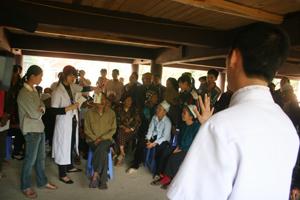 Các bác sỹ Bệnh viện mắt Quốc tế - DND khám sàng lọc bệnh nhân mắt.