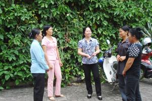 Cán bộ Chi cục DS-KHHGĐ tỉnh trao đổi phương pháp tuyên truyền về  mất cân bằng giới tính khi sinh  với các cộng tác viên dân số huyện Đà Bắc.
