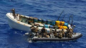Lực lượng hải quân Đức áp sát một tàu cướp biển ngoài khơi Tanzania khoảng 111km ngày 4-11 - Ảnh: Reuters