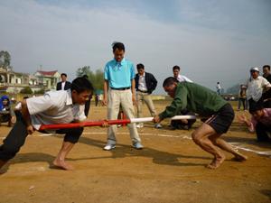 Một trận đẩy gậy tại giải thể thao huyện Kỳ Sơn năm 2011.
