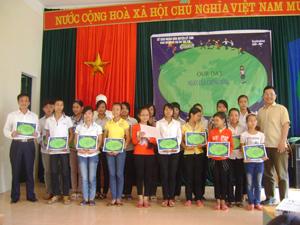 Lãnh đạo, đại diện huyện Kỳ Sơn và tổ chức Childfund trao giấy chứng nhận phóng viên nhỏ cho các em.