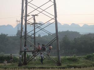 """Mặc dù đã có cảnh báo """"cấm trèo, nguy hiểm chết người"""" nhưng những đứa trẻ này vẫn hồn nhiên leo trèo, vui chơi trên cột điện cao thế.  (Ảnh chụp ngày 11/10/2011 tại xã Thanh Hối (Tân Lạc)."""