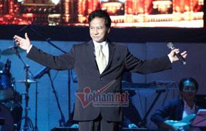 Chế Linh trong đêm diễn tại Hà Nội.