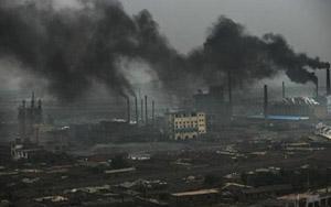Ông khói xả từ các nhà máy là nguyên nhân khiến ô nhiễm không khí thêm trầm trọng ở Trung Quốc.