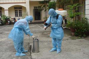 Cán bộ Trung tâm YTDP tỉnh chuẩn bị hóa chất phun khử trùng các ổ dịch.