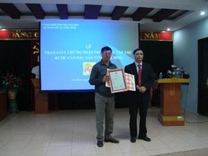 Lãnh đạo Sở KH-CN trao giấy chứng nhận của Cục Sở hữu trí tuệ, cho Hội sản xuất và kinh doanh rượu cần tỉnh Hoà Bình.
