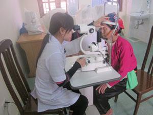 Kiểm tra thị lực của bệnh nhân sau mổ tại khoa mắt -Trung tâm Phòng - chống bệnh xã hội.