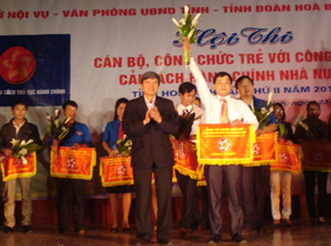 Đồng chí Trần Đăng Ninh, Phó Chủ tịch UBND tỉnh trao giải nhất cho Sở Tư Pháp.