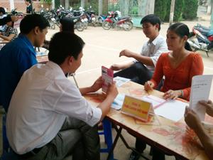 Người lao động tìm hiểu thông tin về BHTN và nhu cầu tuyển dụng của các doanh nghiệp tại Điểm giao dịch huyện Lạc Sơn (thuộc Trung tâm GTVL tỉnh).