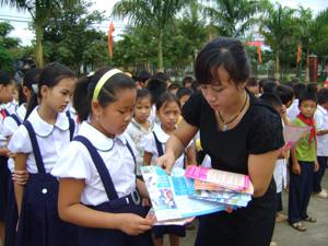 Từ nguồn quỹ Bảo trợ trẻ em, Sở LĐ-TB&XH triển khai nhiều hoạt động tuyên truyền về quyền trẻ em tại nhiều địa phương. ảnh: Tuyên truyền về quyền trẻ em cho học sinh xã Mãn Đức (Tân Lạc).